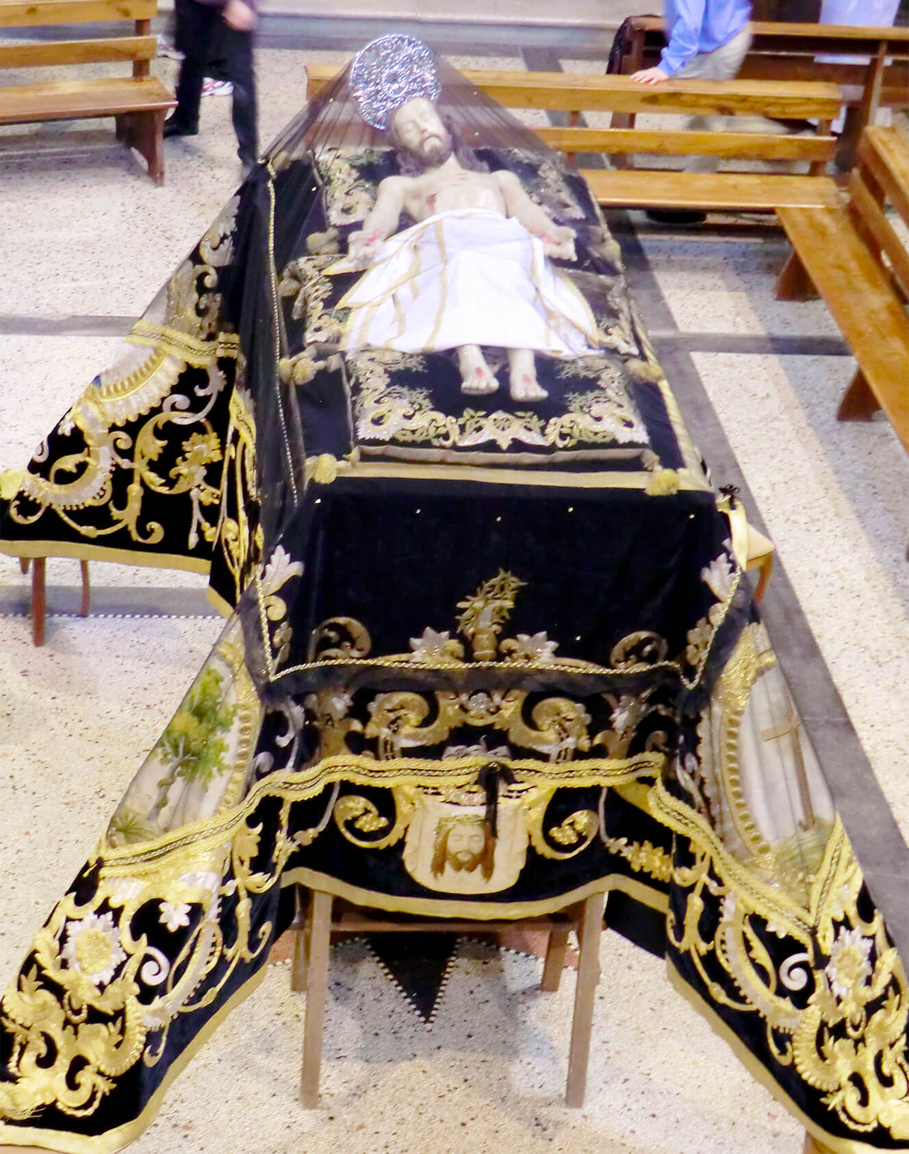 """Drappo detto """"Manto del Cristo morto"""" - in velluto tagliato liscio di colore nero con ricami in filo di seta policromo ed in filato metallico. Parrocchia Annunciazione del Signore, Penne (PE)"""